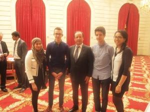 De gauche à droite: Imane Ayach, Joseph Ory, M le Président François Hollande, Sofiane Bouarif, Naina Bajekal - au palais de l'élysée, 18 mai 2013